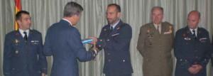 El teniente coronel José Manuel Bellido Laprada recibe un recuerdo del acto
