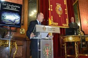 El general Jesús Joaquín Val Catalán (R) hace la presentación del autor