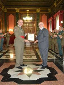 José A. Armillas recibe diploma de mérito