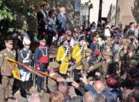 Las autoridades presiden el desfile
