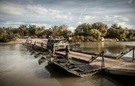 Pontoneros de Zaragoza despliegan un puente flotante en el Guadalquivir