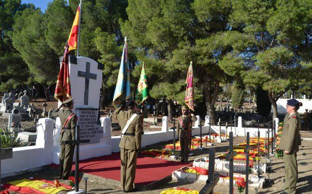 El Ejército de Tierra rinde homenaje a los fallecidos en el servicio a España en el cementerio zaragozano de Torrero.